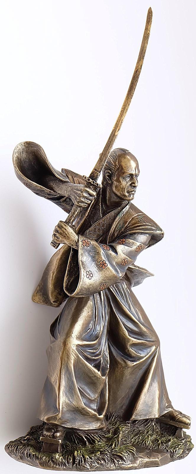 Samuraikrieger mit Schwert in Angriffsstellung Samurai Krieger Figur