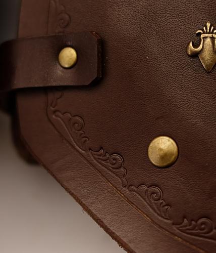 Armschienen aus Leder mit Lilien Nieten kaufen Mittelalter im detail